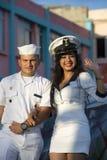 Kvinnan och mannen klädde som carnaval sjömän och att fira Royaltyfri Foto