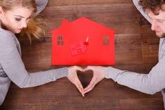 Kvinnan och mannen kommer med någon förälskelse till det nya huset Arkivbild