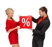 Kvinnan och mannen med röd procentförsäljning undertecknar Royaltyfri Fotografi