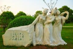 Kvinnan och poesiskulpturen xian Arkivbild