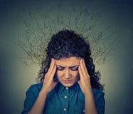 Kvinnan oroade den stressade framsidauttryckshjärnan som smälter in i linjer frågefläckar arkivbild