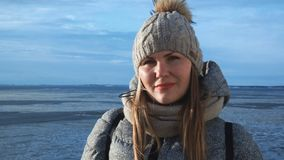 Kvinnan outwear in på djupfryst seascape stock video