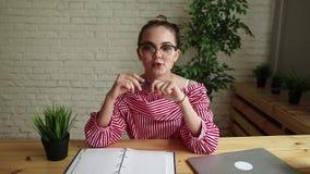 Kvinnan på arbete berättar en berättelse lager videofilmer