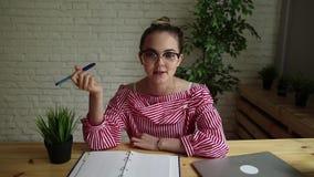 Kvinnan på arbete berättar en berättelse stock video