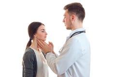Kvinnan på doktorn behandlar tonsillar arkivbild