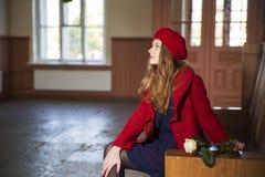 Kvinnan på drevstationen väntar gäster Royaltyfria Foton