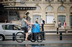 Kvinnan på en cykel på förlägger Pey Berland i Bordeaux September 2013 france royaltyfri foto