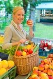 Kvinnan på frukten marknadsför arkivbild