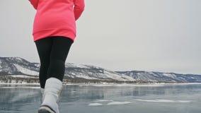 Kvinnan på is i vinter är gör sporten i idrotts- gå för lopp Flickan utbildar i vinter på is Nordisk makt för sportar arkivfilmer