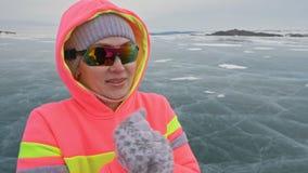 Kvinnan på is i vinter är gör sporten i idrotts- gå för lopp Flickan utbildar i vinter på is Nordisk makt för sportar lager videofilmer