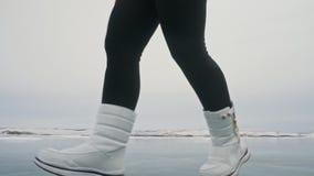 Kvinnan på is i vinter är gör sporten i idrotts- gå för lopp Flickan utbildar i vinter på is Nordisk makt för sportar stock video
