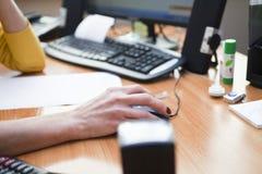 Kvinnan på kontoret Arkivbild