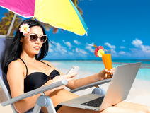 Kvinnan på stranden med mobil ringer Royaltyfri Foto