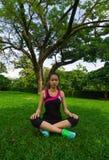 Kvinnan på yoga poserar under träd Royaltyfri Foto