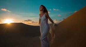 Kvinnan på öken turnerar i solnedgång i Vietnam Arkivfoto