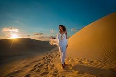 Kvinnan på öken turnerar i solnedgång i Vietnam Royaltyfria Bilder