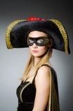 Kvinnan piratkopierar in dräkten - det halloween begreppet Royaltyfria Foton