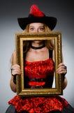 Kvinnan piratkopierar med bilden Royaltyfri Fotografi