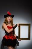 Kvinnan piratkopierar med bilden Royaltyfri Bild