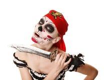 Kvinnan piratkopierar med ett svärd dräkt halloween Arkivfoto