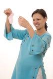 Kvinnan plattforer i en blå klänning Royaltyfri Bild