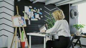 Kvinnan pluggar USB pråligt drev till anteckningsboken och dricksvatten stock video