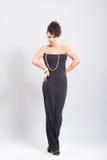 Kvinnan poserar i sexig klänning Royaltyfria Bilder