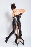Kvinnan poserar med den elektriska gitarren Royaltyfri Fotografi