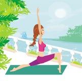 Kvinnan poserar in praktiserande yoga Royaltyfria Foton