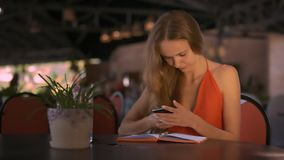 Kvinnan pratar med vänner på internet genom att använda mobilen stock video