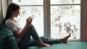 Kvinnan pratar på mobil arkivfilmer