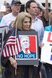 Kvinnan protesterar trumf med inget hopptecken Arkivfoton