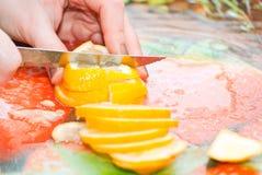Kvinnan räcker är den klippta citronen Royaltyfri Fotografi