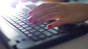 Kvinnan räcker arbete på tangentbordet arkivfilmer