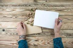 Kvinnan räcker att rymma bokstavsläsningen Arkivfoton