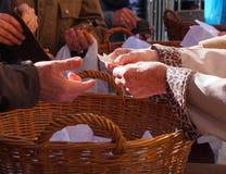 Kvinnan räcker att rymma några euromynt Pension, armod, sociala problem och senilitettema royaltyfri foto