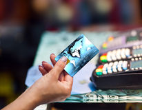 Kvinnan räcker den hållande kreditkorten Arkivfoton