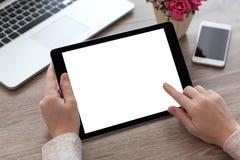 Kvinnan räcker den hållande minnestavlaPCdatoren med den isolerade skärmen arkivbild