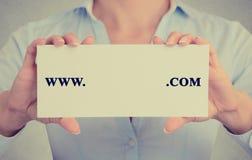 Kvinnan räcker det hållande tecknet med www com som är skriftlig på det med tomt utrymme Royaltyfri Bild