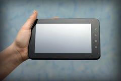 Kvinnan räcker innehav en tabletPC Arkivfoto