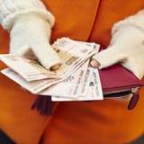 Kvinnan räcker innehavhandväskan med ryska rubel Royaltyfri Bild