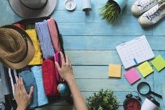 Kvinnan räcker inpackning av ett bagage royaltyfria bilder