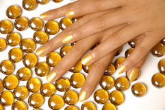 Kvinnan räcker manicuren med guld- spikar polskt Royaltyfri Fotografi