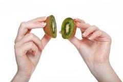 Kvinnan räcker med isolerad kiwi Arkivfoton