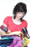 Kvinnan räcker proppat mycket av kläder och knuffar hänger lös isolerat Royaltyfri Fotografi
