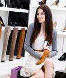 Kvinnan räcker skodon och kreditkorten Arkivfoton