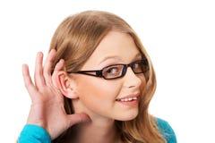 Kvinnan råka få höra en konversation Arkivbild