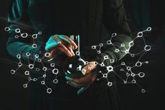 Kvinnan ?r en forskningforskare som rymmer en flaska med materialet Begrepp av vetenskaplig forskning och historia av vetenskap royaltyfri fotografi