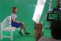 Kvinnan är sjungande på danande av musikvideoen Arkivfoto