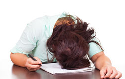 Kvinnan är stressad på arbete Royaltyfri Foto